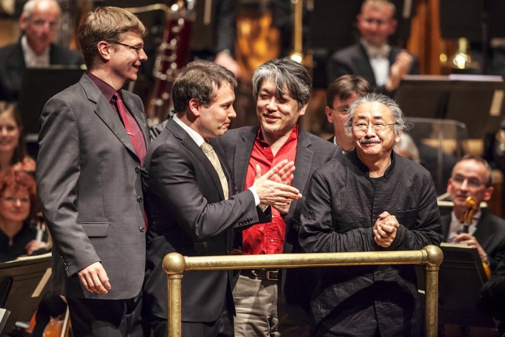 Roger Wanamo, Jonne Valtonen, Masashi Hamauzu et Nobuo Uematsu lors des saluts de Final Symphony, à Wuppertal, le 11 mai 2013