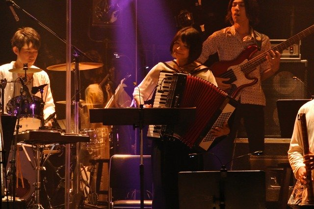 Photo prise lors des concerts anniversaire de Yasunori Mitsuda à Tôkyô, les 25 et 26 juillet derniers (au premier plan, à l'accordéon : Yuka Fujino)