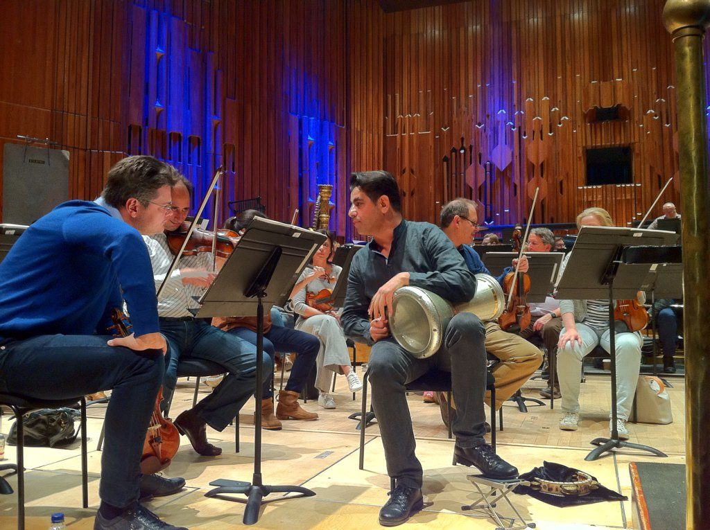 Rony Barrak en discussion avec le premier violon Roman Simovic, lors des répétitions
